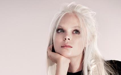 Couleur de cheveux blond glacial
